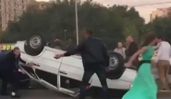 Машина из свадебного кортежа перевернулась в Ростове