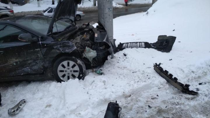 Есть пострадавшие: в Самаре водитель KIA влетел в столб