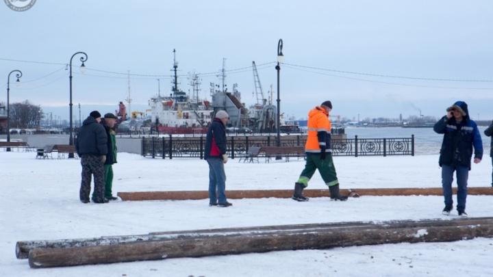 Сегодня на Красной пристани начали делать будущий бесплатный каток