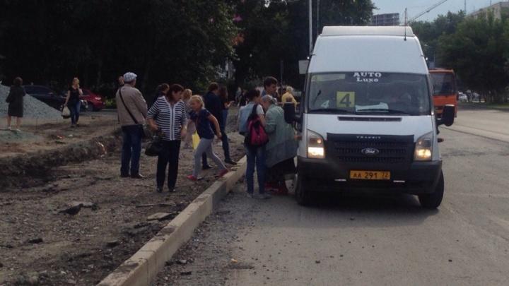 Полоса препятствий: из-за дорожных ремонтов тюменцам приходится ходить по грязи и проезжей части