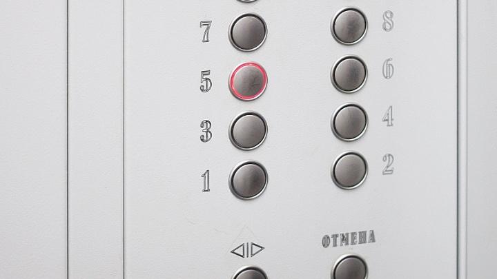 МЧС проверило информацию об упавшем лифте в челябинской многоэтажке