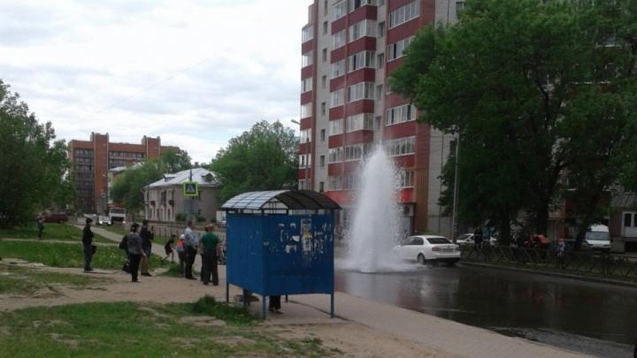 В Ярославле гейзер из-под земли пробил люк и хлещет на проезжую часть