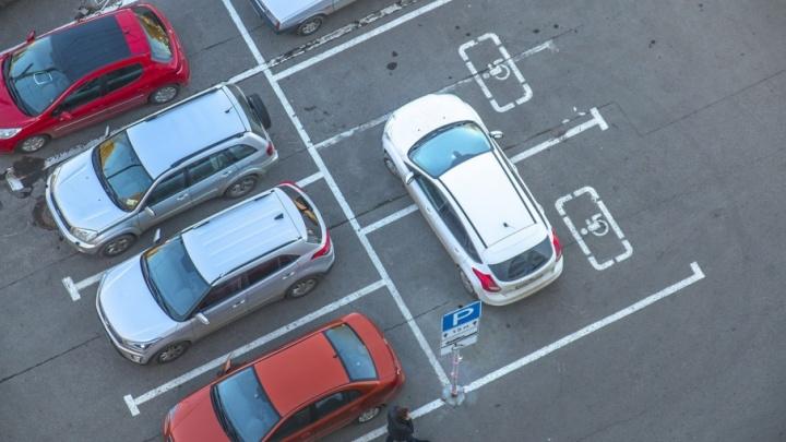Автохамы в городе: Prado-танк и жадность на парковке