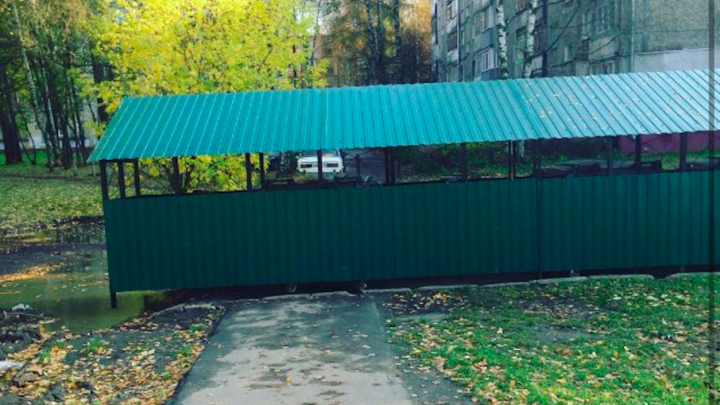 В Ярославле мусорные контейнеры установили посреди дороги