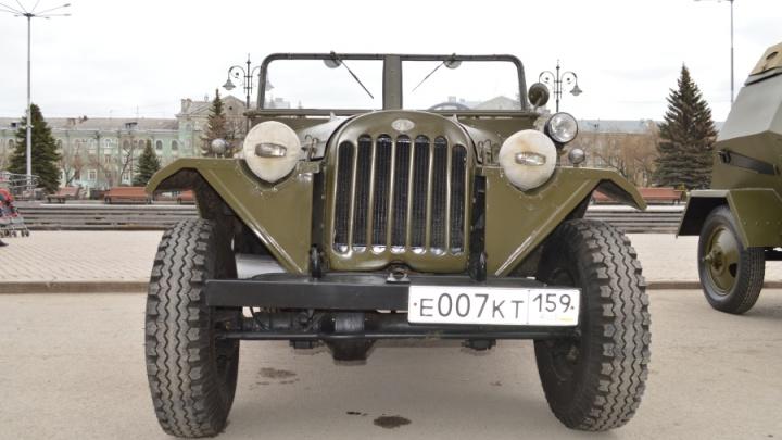 Бронемашины, мотоциклы и полевая кухня: в Перми показали раритетные образцы военной техники