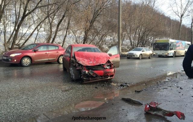 На улице Соликамской в Перми образуется пробка из-за ДТП