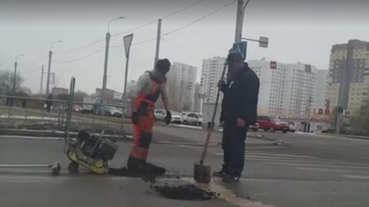 Ремонт дорог по-тюменски: водители сняли на видео, как рабочие втаптывали асфальт ногами