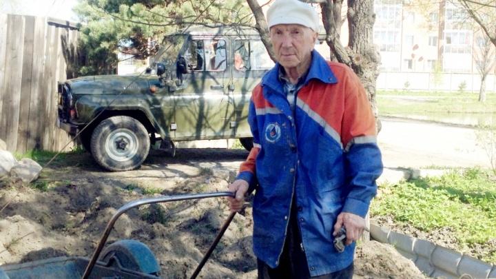 В Ростове пенсионер сам заделал ямы на дорогах. И власти этому очень рады