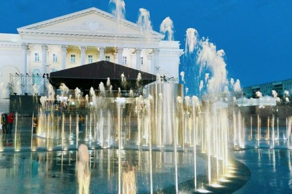 Скамейки в виде пианино должны красиво расположиться на площади 400-летия Тюмени