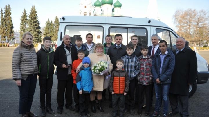 25 детей и все мальчишки: семье из Ярославской области подарили микроавтобус