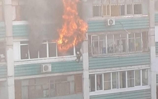 «Языки пламени вырывались с балкона»: сотрудники МЧС потушили крупный пожар на Металлистов