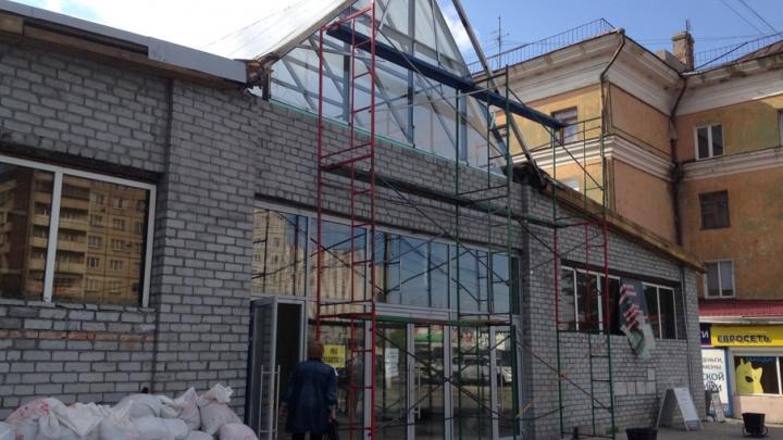 Устарел морально: в торговом комплексе Челябинска сносят пол и стены