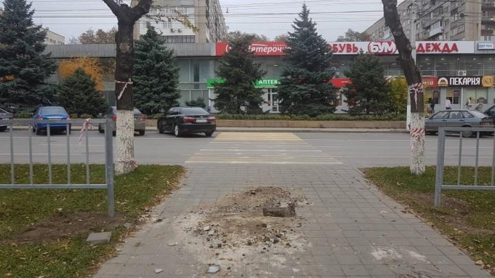 В центре Волгограда популярный переход оставили без решеток и знаков