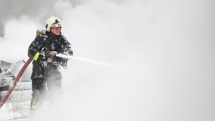 Пожилой мужчина погиб в горящем доме в поселке Двинском