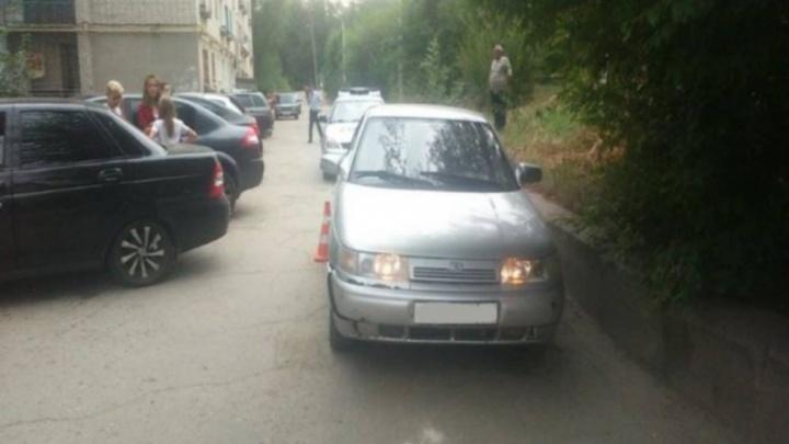 В Сызрани две девочки попали под машину во дворе дома