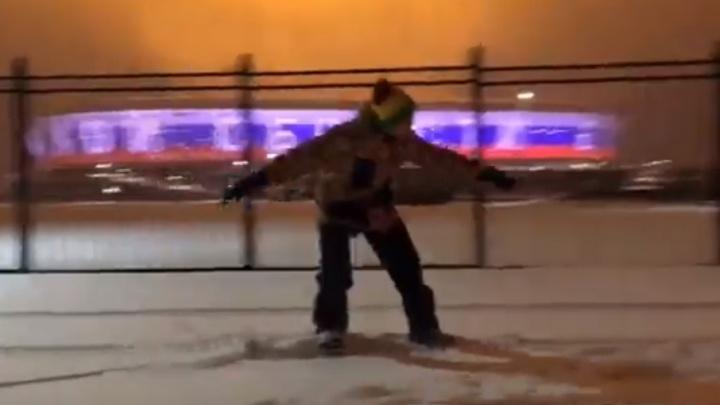 Зимний экстрим: ростовчанин прокатился по улицам города на сноуборде, держась за автомобиль (видео)