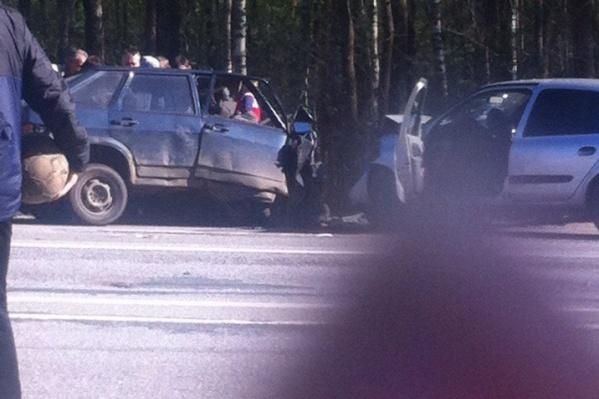 Очевидцы сразу же бросились помогать водителям