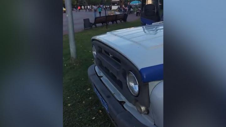 «Это моя гражданская позиция»: челябинца возмутила полицейская машина на газоне