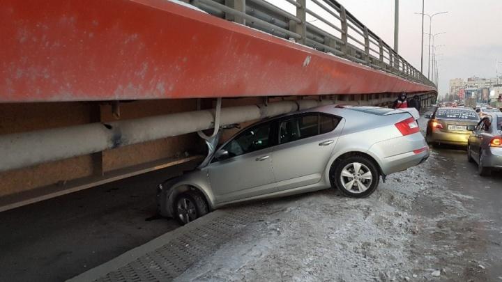 Водитель SKODA Octavia пытался проскочить и влетел под путепровод на улице Мельникайте