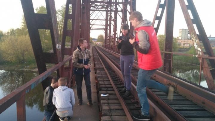 «Не ломайте светильники»: ярославцы за свой счёт поставили фонари в опасном месте