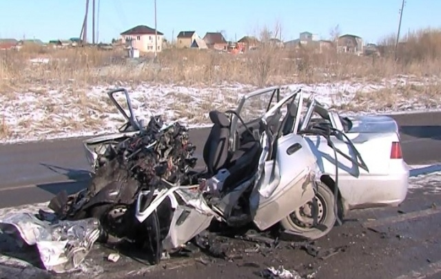 Под Тюменью в ДТП погибли 2 человека: иномарка столкнулась с грузовиком