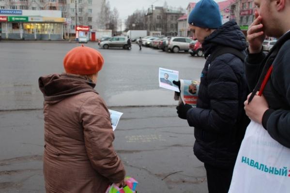 Каждые выходные навальнисты раздают листовки, агитматериалы и подолгу объясняют архангелогородцам о том, за что радеет архангельская оппозиция
