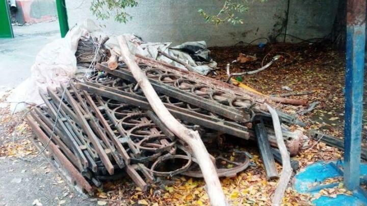 Пропавшую с проспекта Ленина решетку нашли во дворе ворошиловской администрации