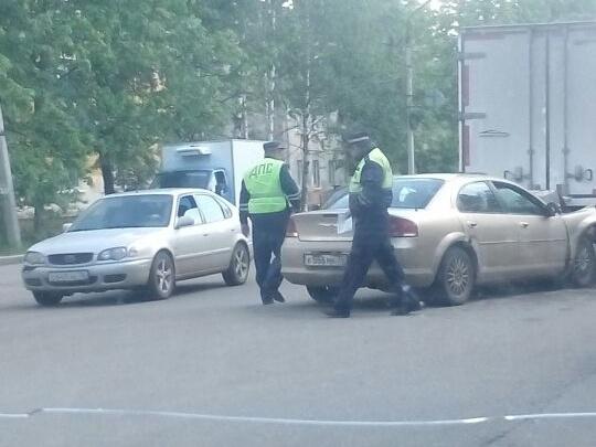 ДТП на Пятерке в Ярославле: «Крайслер» влетел в фургон