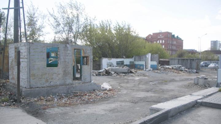 В центре Челябинска начали сносить бесхозные дома и гаражи