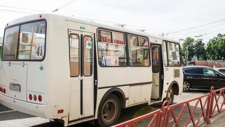 Ярославские полицейские год ищут водителя, из маршрутки которого вывалилась бабушка