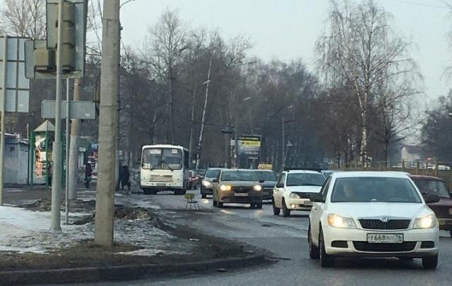 Яму-убийцу машин на проспекте Авиаторов обезвредили стулом