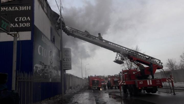 В Тюмени сгорела СТО
