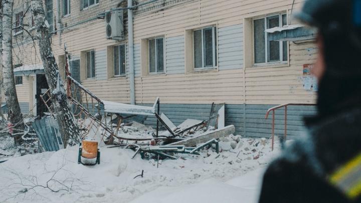 Жильцов двух подъездов из тюменской многоэтажки, где обвалились балконы, поселили в гостиницу