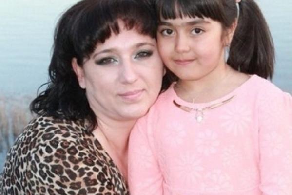 Женщина вместе с дочкой не могут попасть в Россию