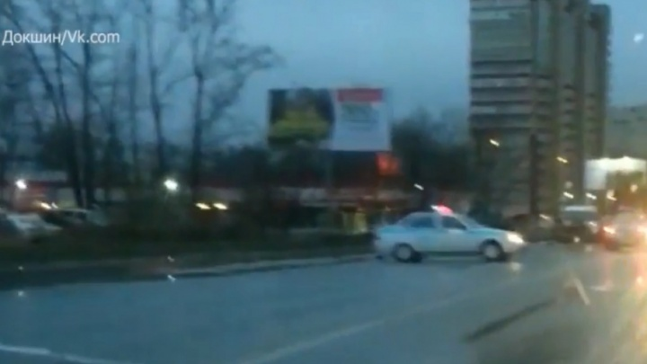«Все смотрели, как горела машина, внутри был человек»: полиция ищет очевидцев смертельного ДТП в Перми