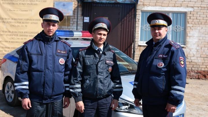 Вывели людей и отключили электричество: полицейские Прикамья спасли из пожара мать и двоих детей