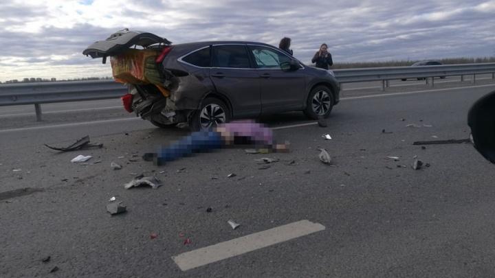 Водитель, сбитый насмерть на тюменской объездной, мог выйти из машины, чтобы поправить минвату