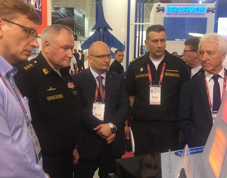 Александр Горбунов (в центре)