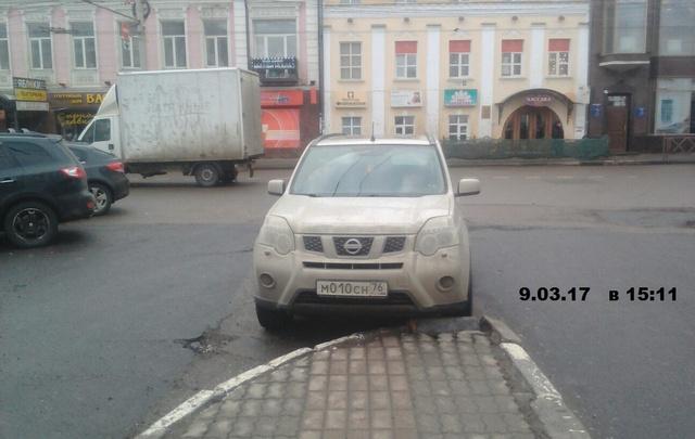 В Ярославле начались рейды по парковщикам на газонах и детских площадках