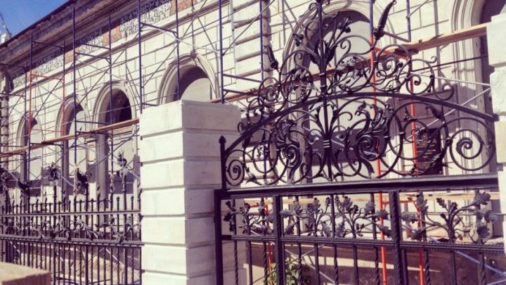 Вензеля и чугунные перья: около кухмистерской фон Вакано воссоздали утраченную калитку