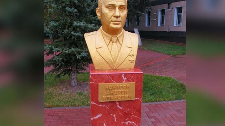 Губернатор Волгоградской области удостоился позолоченного памятника