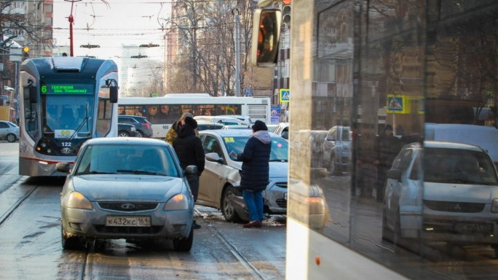 ДТП на углу Горького и Ворошиловского спровоцировало серьезную пробку в центре Ростова