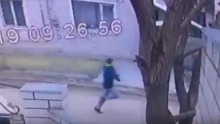 Волгоградцы по видео ищут подростка, ударившего женщину ножом в спину