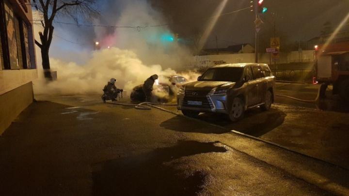 Тушили подручными средствами: на Карбышева сгорел автомобиль Audi