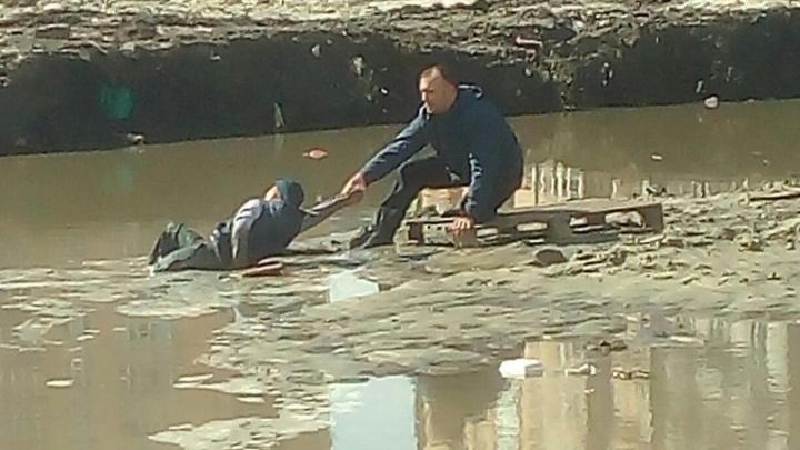 Тюменскую канаву, в которую засосало ребенка, решили осушить