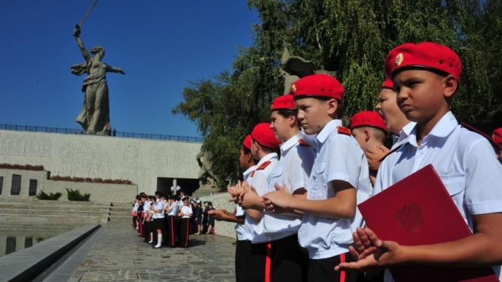 На Мамаевом кургане в Волгограде 500 кадетов приняли присягу