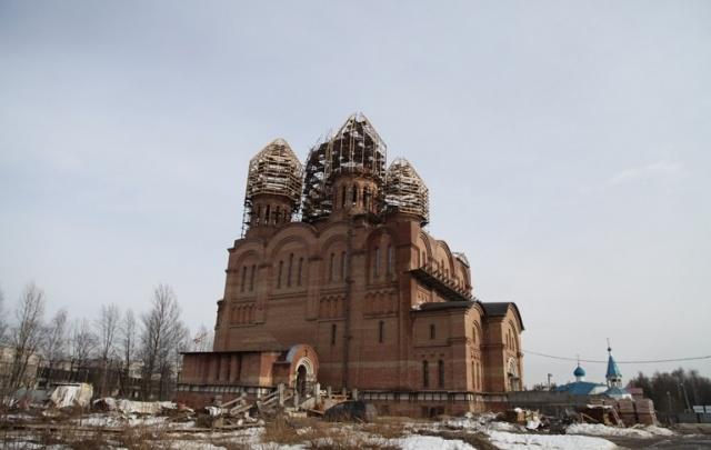 У храма-долгостроя в Брагино появились кресты: фото