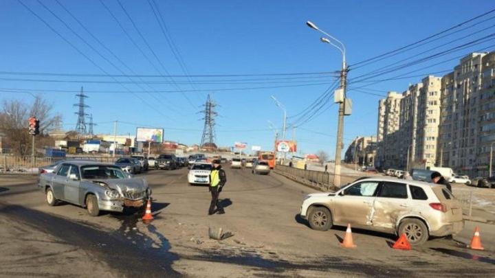 В Волгограде «Волга» врезалась в Suzuki: пострадала 10-летняя школьница