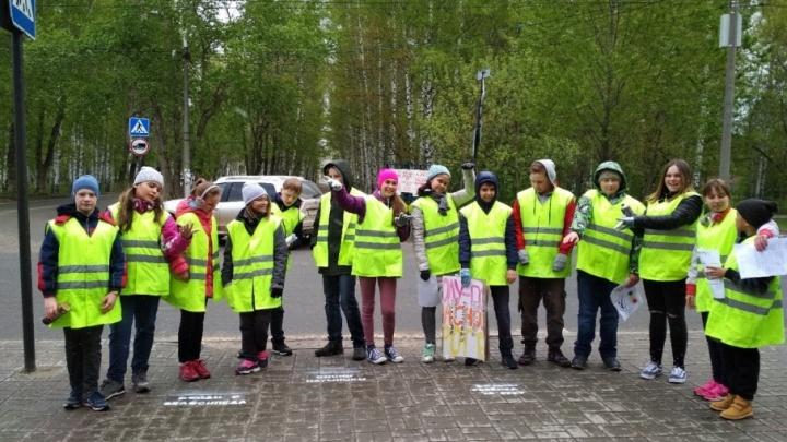 «Сними наушники!» В Перми дети написали на асфальте обращения к пешеходам