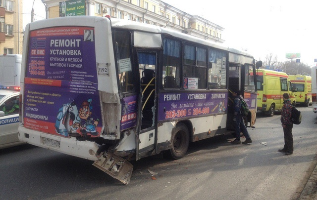 В Ярославле в ДТП с двумя автобусами пострадали ребенок и беременная женщина